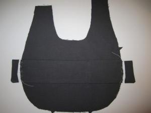 4. Couper les bords exédents et batir les bouts des bandes à la doublure