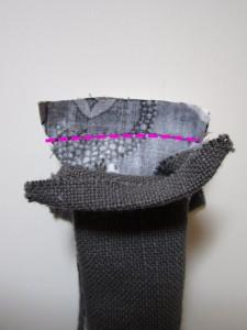 En écartant la doublure coudre ensemble les anses du sac