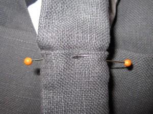 Rentrer les marges restantes des anses et épingler en place en chevauchant côté doublure